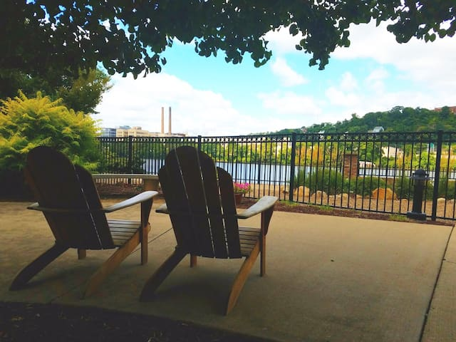 Relaxing views of the Allegheny River.