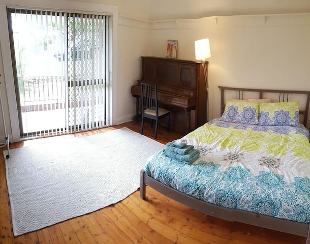 Spacious room, Queen bed+TV, A/C - Lambton - Huis
