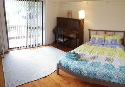 Spacious room, Queen bed+TV, A/C - Lambton - 独立屋