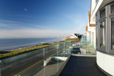 Beachside Apartment- Sea Views, Balcony & Parking