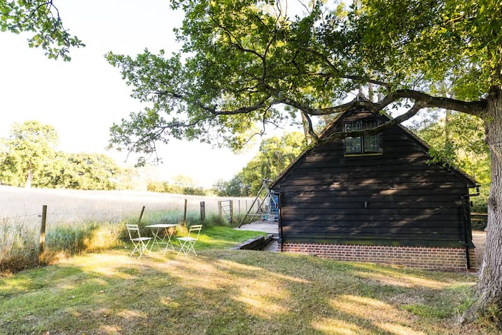 Peaceful detached barn in the Surrey Hills.