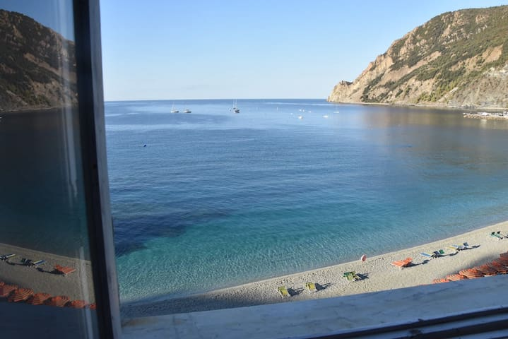The windows on the sea of Cinque Terre: Solemare