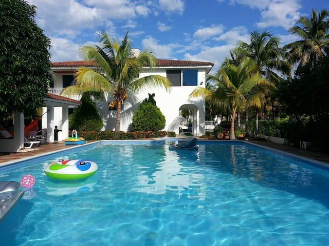 Casa con piscina privada en condominio campestre