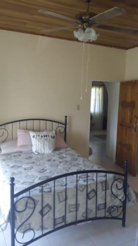 Back bedroom with en-suite
