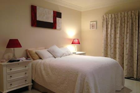 king size bedroom(101) - Wavell Heights