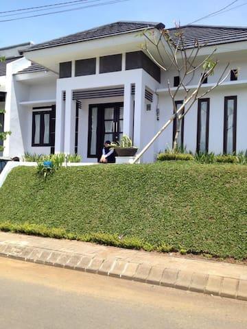 Raya Bukit Kamboja Home Stay - Malang - Hus
