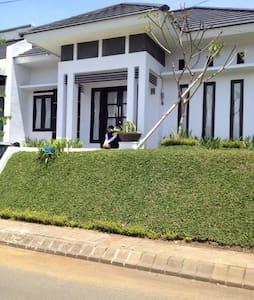 Raya Bunga Kamboja Home Stay - Malang - Ev