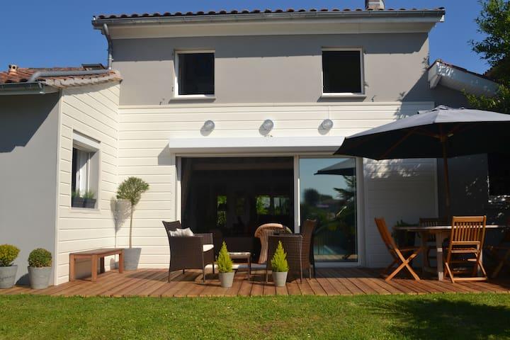 Maison avec piscine au calme près de Bordeaux
