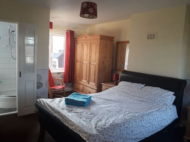 COSY DOUBLE ROOM WITH EN-SUITE CLOSE TO CITY