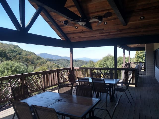 Hawks View Lodge: Gated community, theater room, stunning views, & pool table!