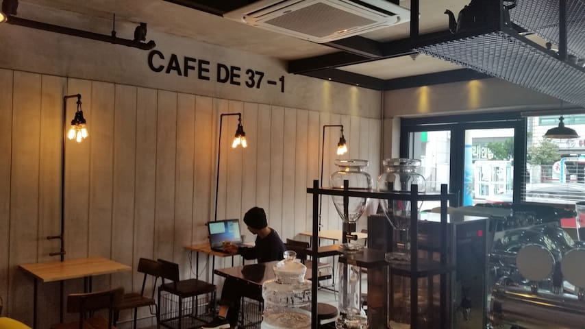CAFE DE 37-1 SECOND FLOOR