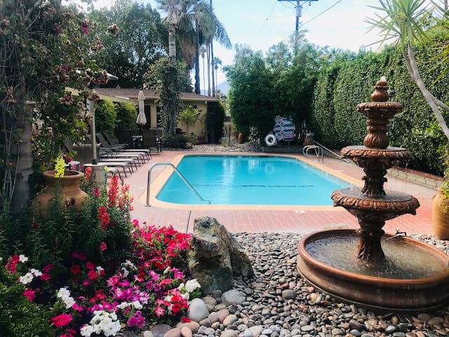 Desert House 2, Palm Springs Cottage