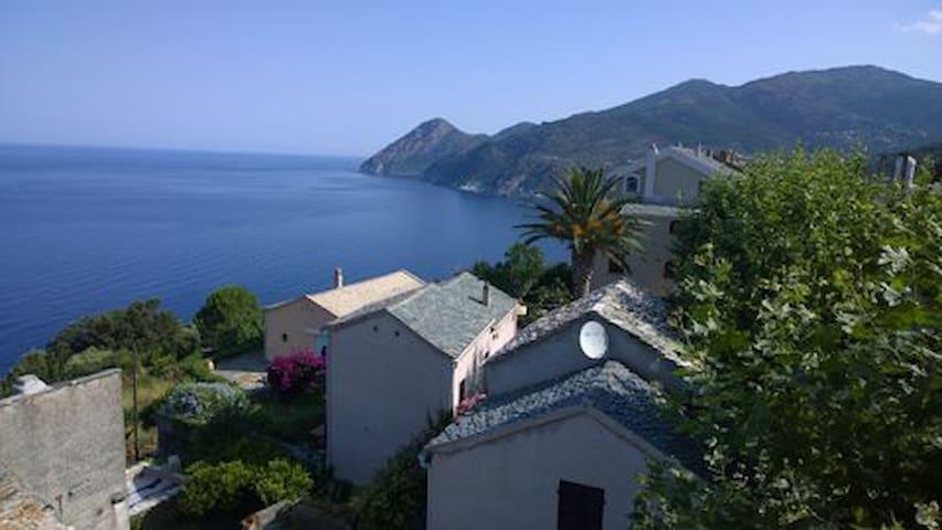 Une chambre blanche avec vue sur la mer  à Marinca