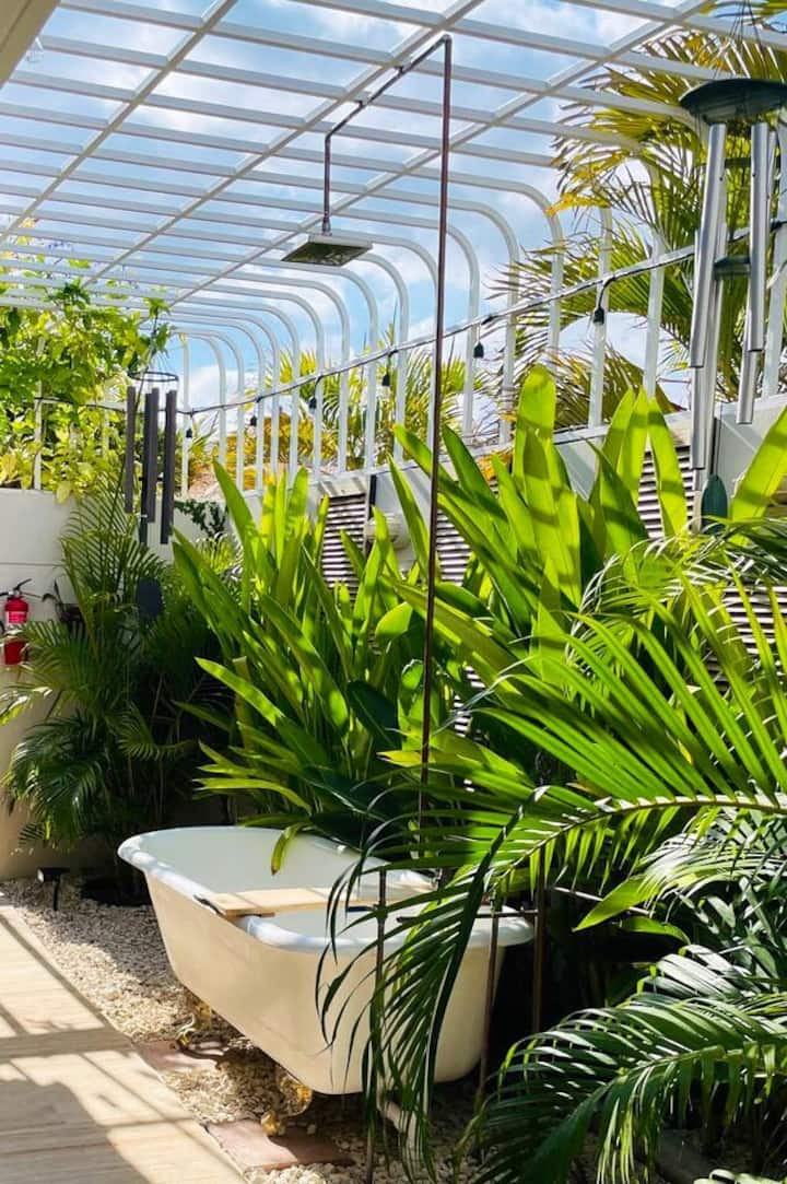 Secret Garden w/ Outdoor Bathtub and King Size Bed