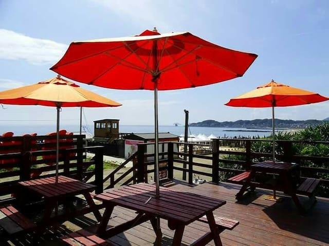 Stunning sea views!慵懶躺坐於沙發裡,映入眼簾的是海。想窺探沙灘的美?步伐只1分鐘
