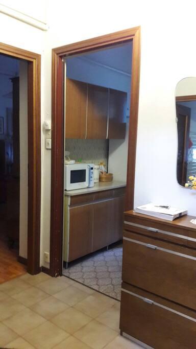 Entrée de l'appartement donnant sur la cuisine et le séjour.