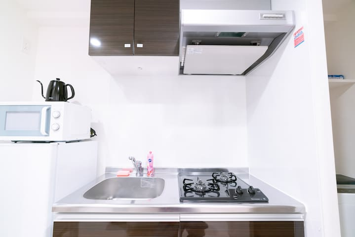 kitchen, including kettle, microwave, and some tableware 厨房,包含烧水壶,微波炉和一些餐具