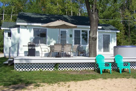 Mullett Lakeshore Cottage w/OUTDOOR HOT TUB!!! - Casa