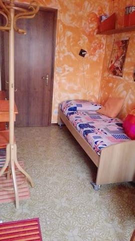 Camera singola con finestra armadio e scrivania