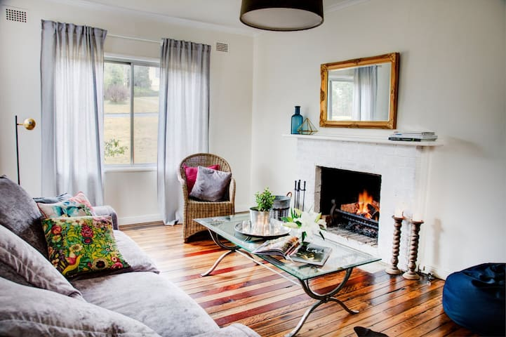 Berrima cottage with ducted aircon & great styling