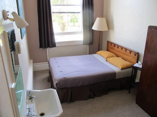 Private cozy double room Westport - Westport - Haus