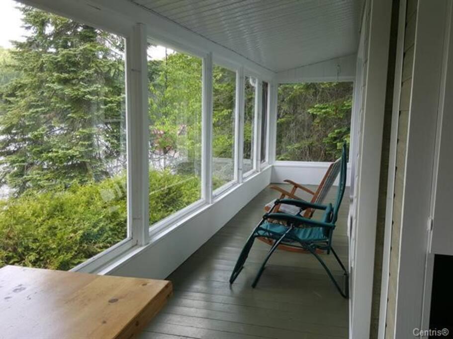 Véranda avec vitres et moustiquaires