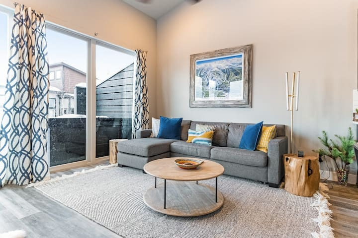 Gorgeous, modern house with patio, fireplace, private hot tub & mountain views!