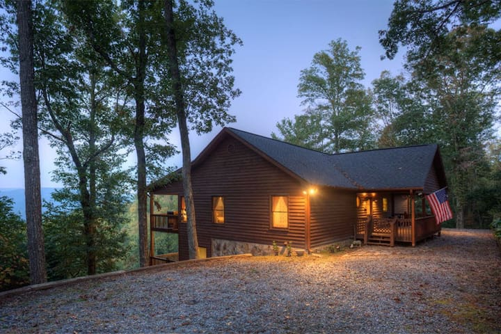 Hummingbird Haven has spectacular views with hot tub and paved roads