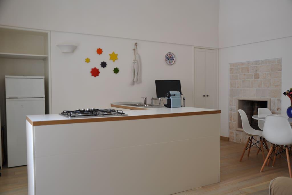 Il soggiorno cucina The living room