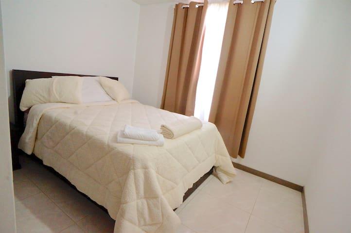 2 Dormitorio: cama Queen con cama corrediza y baño social