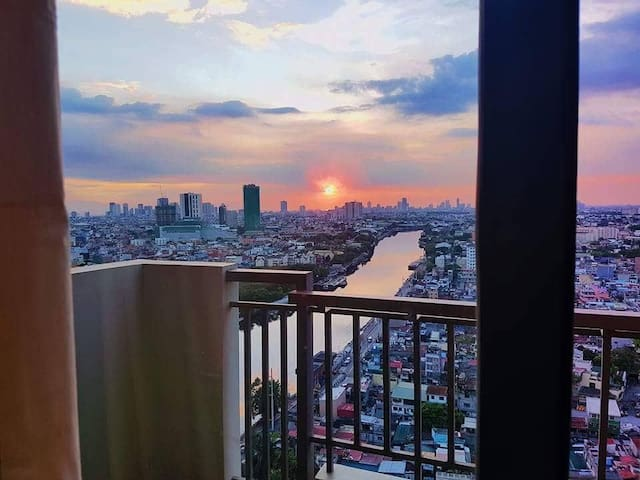 1-BR Condo w/ Balcony and Sunset View near Makati