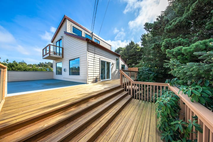 Family-friendly house near the beach with gas fireplace and sprawling deck!