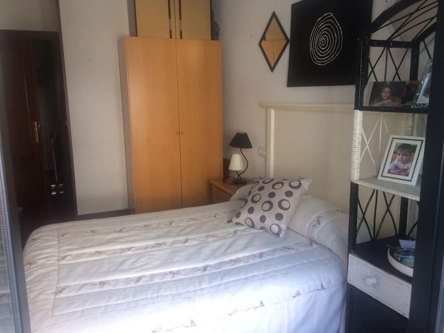 Habitación amplia con cama de 1:35 baño al lado y balcón exterior!!!