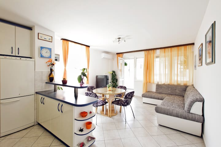 NEW Spacious home, free parking, perfect location - Solin - Apartemen