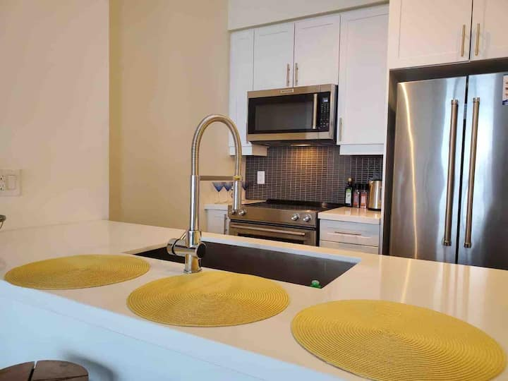 Stunning bright 1 bedroom, central Mississauga