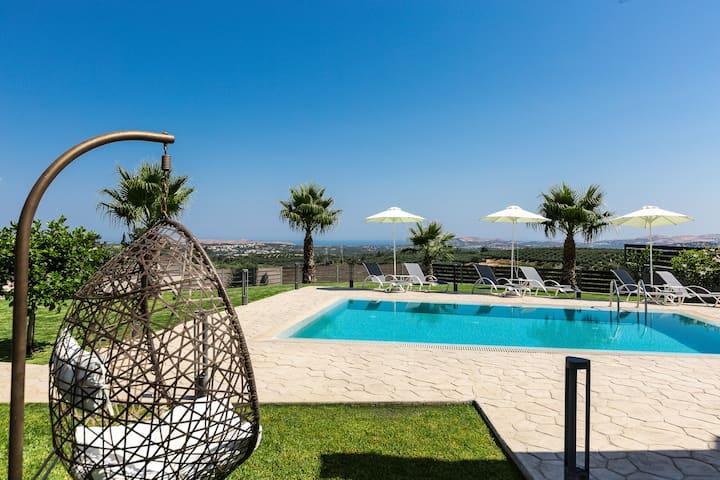 Panoramic Views, heated pool, barbecue &playground
