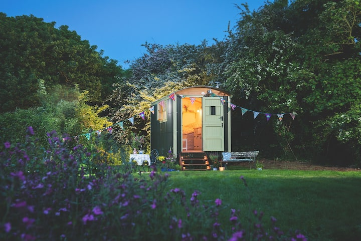 Free Range Escapes' Elderflower shepherd's hut