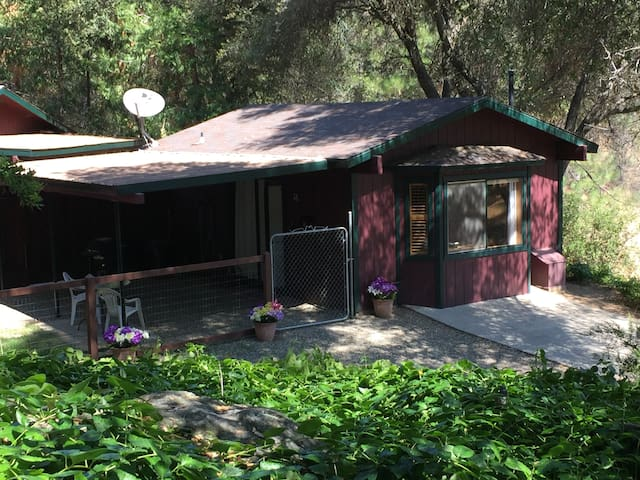 Yosemite's Suite Retreat's Little Bear Cottage