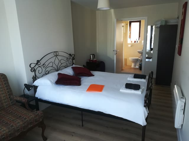 Town centre quiet double room with private ensuite