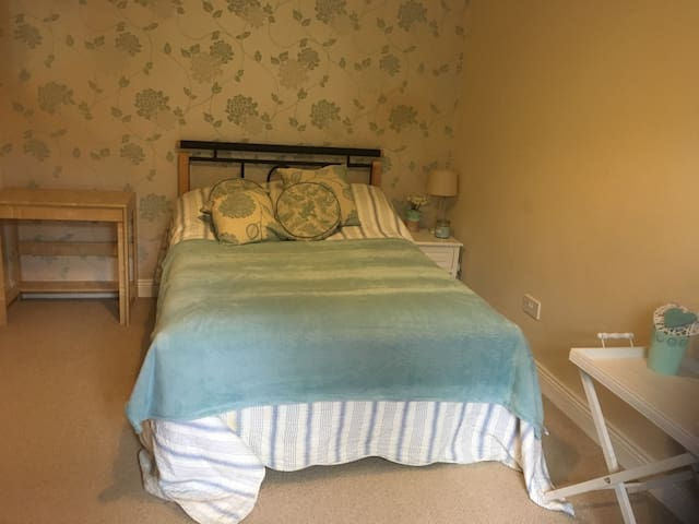 Lovely Double Room in Family Home