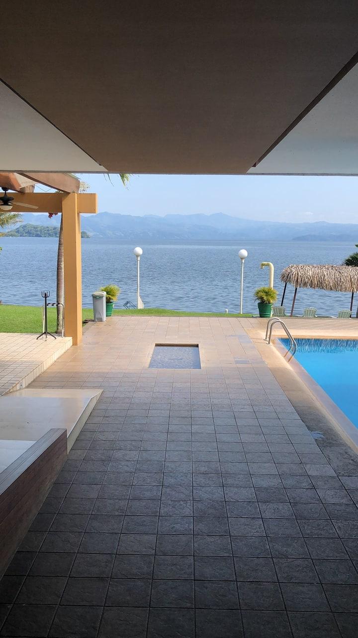 Villa privada junto al lago!!