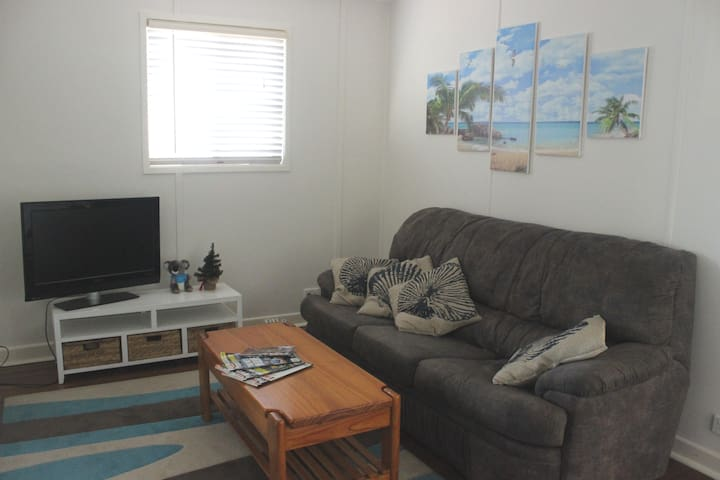 Woody point beach house - 3bdr/1bth/free parking