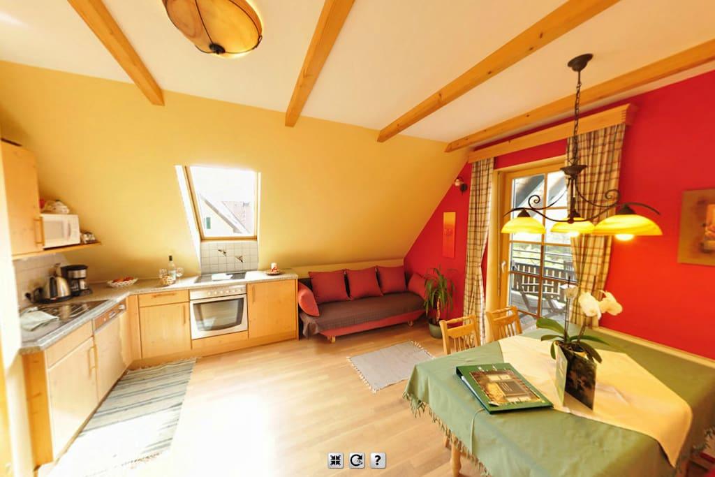 gemütliche Wohnküche mit Ausziehcouch und großer überdachter Balkon