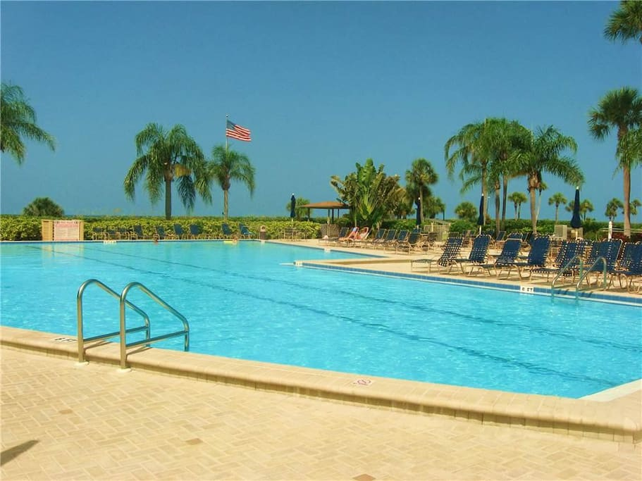 Gulf views and 3 pools! - Gulf and Bay Club is a sportsman's paradise with basketball, racquetball, tennis courts, shuffleboard,