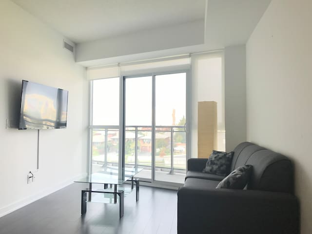 Gorgeous 2 Bed+Den Across Yorkdale Shopping Centre