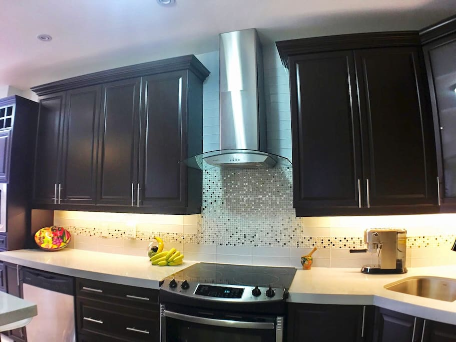 Backsplash with sparkls adds to the brightness of the whole kitchen