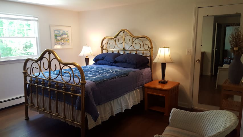 Brass Bed Inn with Hot Tub and Wooded Views - Woodstock - Apartment