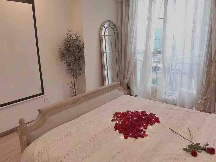 陌语首家《法式复古风》在最繁华的万达商圈,120寸超大投影仪,温馨舒服的密码锁公寓