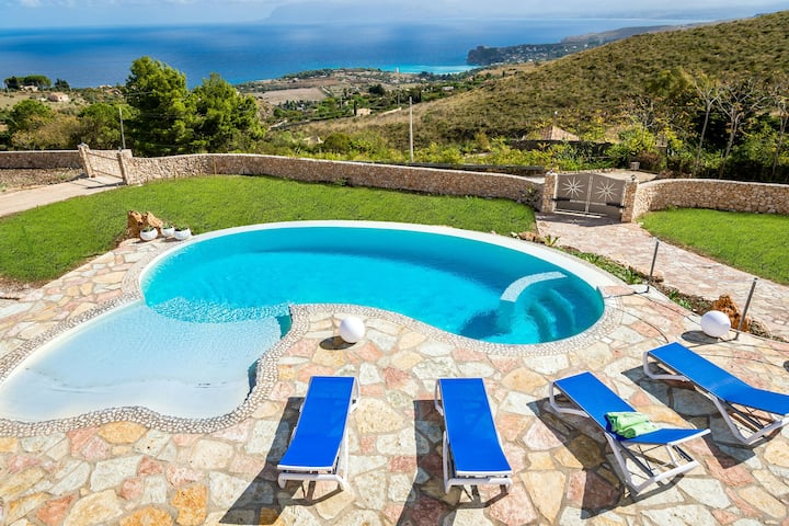 Nice small villa with private pool and wonderful seaview