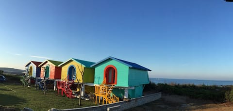 躺在床上可以看著大海的彩色木屋.....